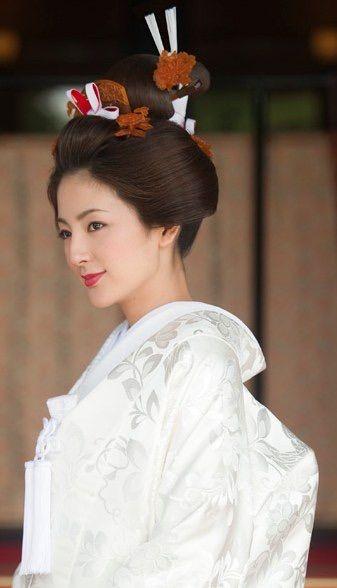 """""""白無垢"""" や """"色打掛け"""" に「日本髪」を合わせる予定の花嫁さん!ロングヘアの方であれば《地毛結い》をお勧めします♡ 最近では、従来の結い方から派生し、現代風のアレンジが取り入れられた「新日本髪」という髪型も!実際に、ナチュラルで美しい《地毛結い》で、結婚式を迎えた先輩花嫁さんたちを覗いてみましょう♪"""