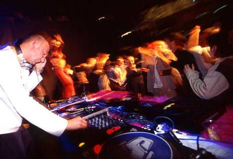 Warsaw Nightlife | Clubbing and Parties in Warsaw | Poland http://www.local-life.com/warsaw/articles/warsaw-nightlife