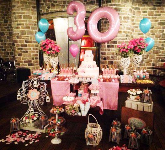 Super e linda festa para comemorar os 30 anos com o tema Vintage Floral Azul e Rosa usando o kit do blog
