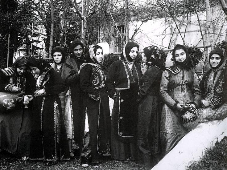Σινασίτισσες με την τοπική τους φορεσιά σε φωτογραφία του 1924. Φωτοθήκη Ιδρύματος Μείζονος Ελληνισμού