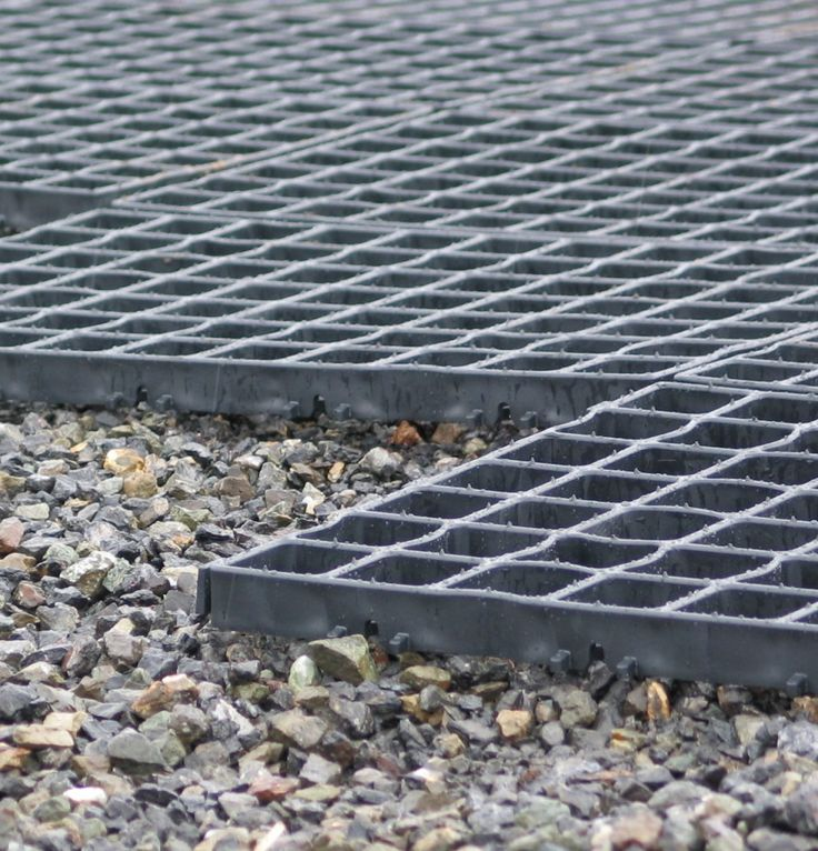 I show you how to use an Ecogrid or any brand of plastic grid to keep your outdoor kennel floor dry and mud-free. This construction also keeps your dog from digging.