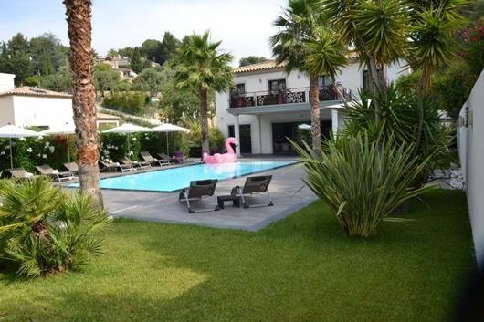 A 7 km du port du de Sanary, laissez vous séduire par le charme et la modernité de cette villa de 210 m² sur 1756 m² de terrain , en rez de jardin double de réception, sa cuisine indépendante, suite parentale avec dressing , 3 suites parentales à l'étage. Matériaux de qualité haut de gamme. #immobilier_sanary #agence_de_l'oliveraie #architecture