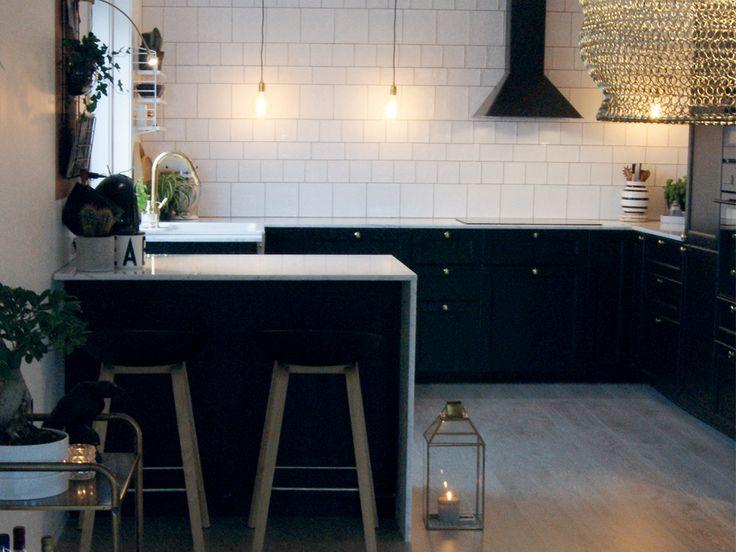 Ved å velge ulike størrelser på flisene over kjøkkenbenken, skaper du et lekent uttrykk! #flisekompaniet