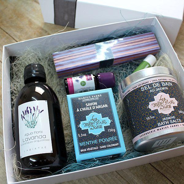Una elegante caja de regalo con productos seleccionados como regalos para todo tipo de pieles: mixtas, grasas, sensibles,.. Para disfrutar de baños relajantes,cuidados corporales y aromas delicados.