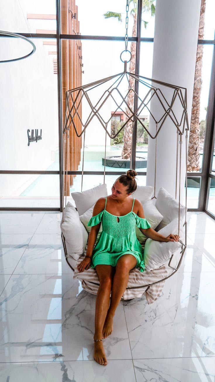 Das luxuriöse 5-Sterne Hotel Stella Island Luxury Resort & Spa auf Kreta ist ein absoluter Traum und bietet jeglichen Komfort. Das Highlight ist der Lagunen-Pool, der sich um das gesamte Resort erstreckt. Stella Island Luxury Resort Hotel Review | Greece | Griechenland | Luxus | Vacation | Urlaub | Beach | Pool | Dress | Interior | Marble | Girl