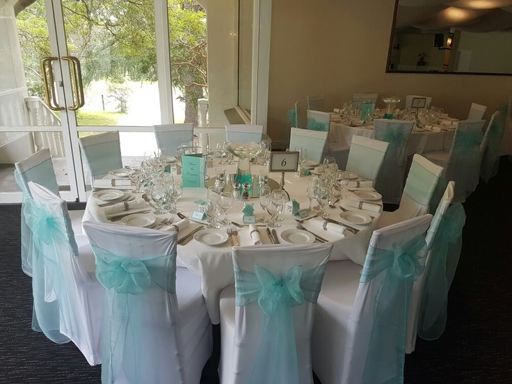 Wedding tables  Absolutely love the pops of mint green