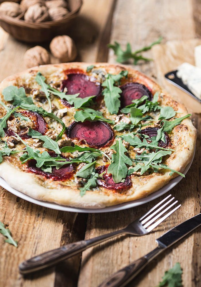 beetroot pizza with rucola, walnuts and blue cheese from jedzeniestygnie.pl