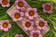 I fiorellini salati ripieni sono piccole delizie di pasta frolla alla barbabietola ripieni di deliziosa crema alle carote e formaggio.