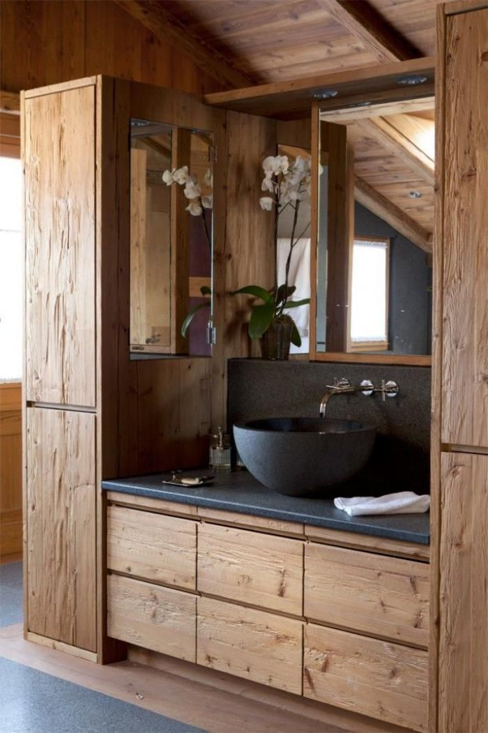 salle de bain rustique, décor pierre noire et bois pour la salle de bains style chalet