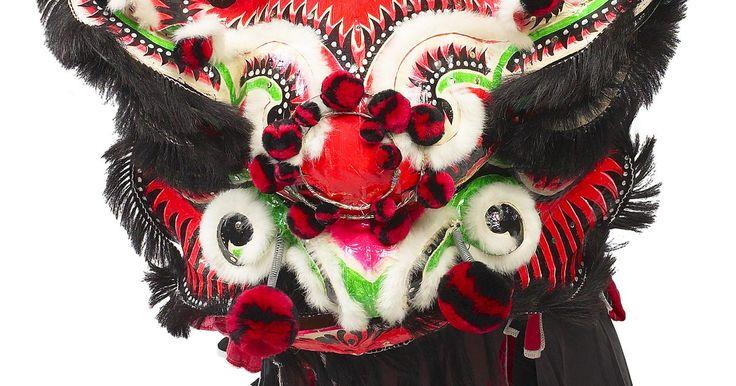 Como fazer uma máscara de dragão para o Ano Novo Chinês com caixa de papelão. Os dragões chineses que dançam no Ano Novo Chinês são detalhados, bonitos e, sim, caros. Você não precisa ficar com a conta no vermelho, no entanto, para criar a sua própria máscara de dragão chinês. Com materiais tão simples como uma caixa de papelão, desenhos e ferramentas de artesanato, você pode fazer a sua própria máscara de dragão chinês ...