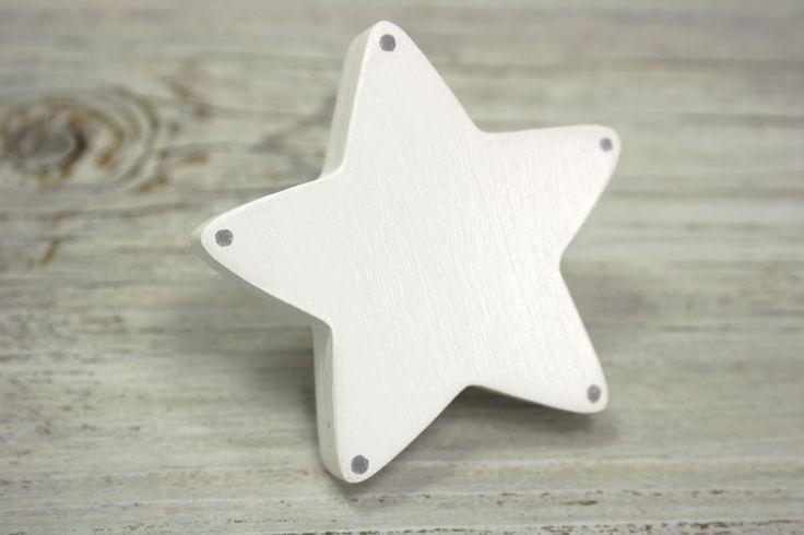 Poignée de meuble étoile blanche à pois gris en bois peint : Meubles et rangements par l-atelier-des-collines