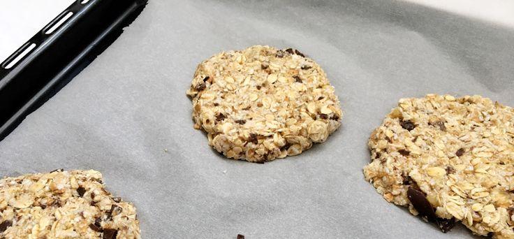 Velice jednoduchý recept na sušenky z ovesných vloček. Stačí jen tři základní suroviny - banány, ovesné vločky a čokoláda. Ideální svačinka.