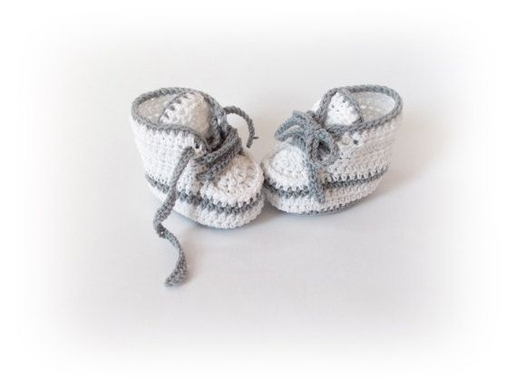 Crochet bebé zapatillas blanco recién Converse gris blanco botas zapatos niño zapatillas recién botines de punto bebé niña HECHO A LA MEDIDA Estos lindos botines se hacen hilado de acrílico. Son cálidas y hermosas y el perfecto regalo para cualquier bebé. Talla 0-3 M - 9 cm. Talla