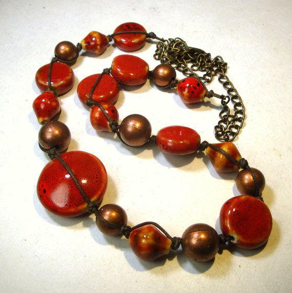 VERKOOP rood Tribal Bead ketting 1990s gouden door VintageStarrBeads