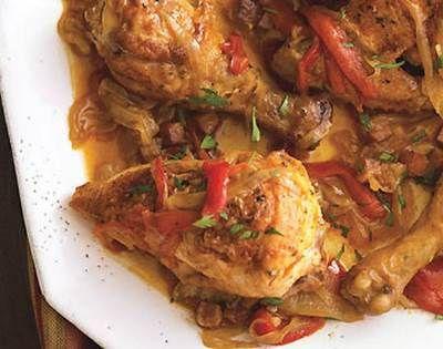 Цыпленок с овощами под нежным соусом по венгерскиДля приготовления блюда Цыпленок с овощами под нежным соусом по-венгерски необходимы следующие ингредиенты: один небольшой цыпленок (примерно килограммовый) и овощи. Из овощей стоит взять сладкий зеленый перец (2 шт. небольшие), помидор (2 шт.), репчатый лук (головка) и чеснок (пару зубцов). К секретным ингредиентам стоит отнести топленое сало (2 столовые ложечки) и паприку (две столовые ложечки). Также вам понадобится мука (две ст.л.)…
