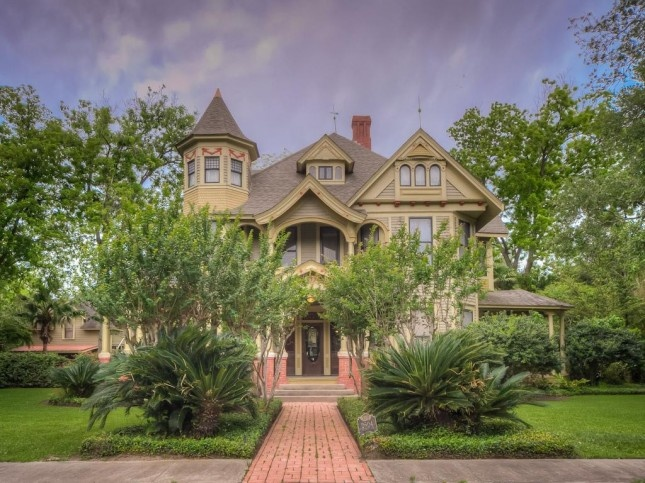 1909 Queen Anne – Bay City, Texas – $325,000Old House, Queens Anne House, Texas History, 1909 Queens, House Ideas, Bays Cities, Cities Texas, 2504 Avenue, Queen Anne Houses