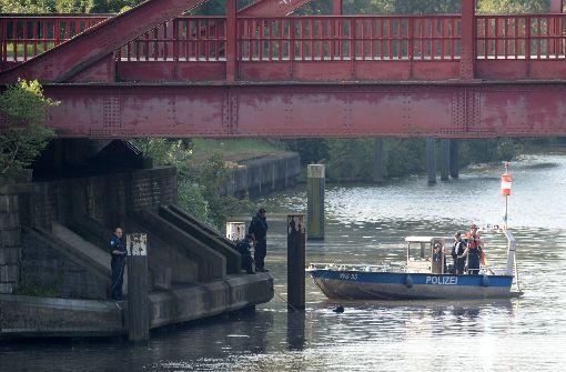 Im Tiefstackkanal in Hamburg suchen Taucher der Polizei nach weiteren Leichenteilen. Foto: dpa