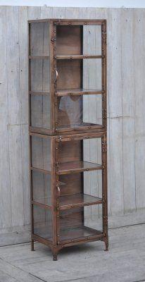 Högt och smalt vitrinskåp i metall - koppar