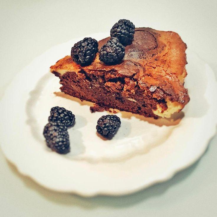 Пирог с шоколадом Maglio (черный и молочный), маскарпоне и ежевикой. Осталось научиться делать красиво и можно продавать.