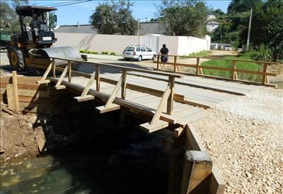 Ponte da Rua Otalino Amado de Souza (no final da Rua José Ribeiro de Cristo), recuperada pela prefeitura. Bairro Bracatinga. Reg. Boa Vista. Curitiba, 19/04/2005 Foto: Michel Willian/SMCS