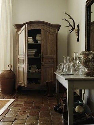 Decorazioni d'interni con palchi di animali e vecchie corna.
