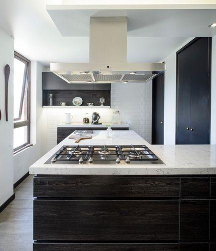 Hielo sur dise%c3%b1o cocina color oscuro negro roble antracita masisa cubierta silestone lyra campana isla muros cer%c3%a1micas metro blancos