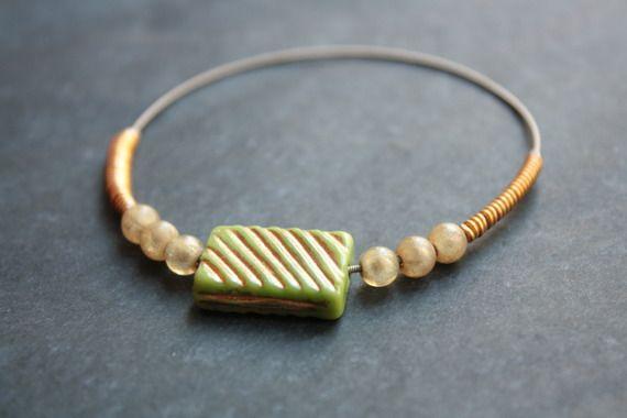 Bracelet en corde de guitare et perles tons argent, vert et or