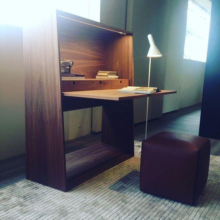 абочее место может быть разным, например, легким и непринуждённым, кому-то этот предмет от #molteni может напомнить сервант с далекого детства, кому-то парту... Рабочее место включает в себя письменный стол, ящики для хранения, место для книг и документации, встроенную подсветку.#стол #рабочийстол #рабочий #письменныйстол #рабочееместо #парта #сервант #интерьер #интерьерыт #interiors_t #interiorstyle #interiors #book #bookshelves #interiordesign #дизайнинтерьера #дизайнер #итальянскаямебель