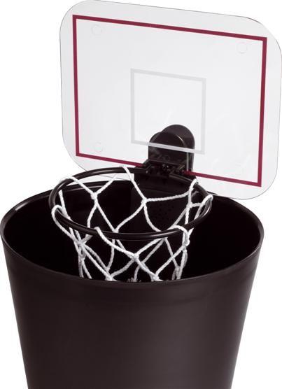 Een vuilbak met een basketring. Sluit aan bij het sportieve imago van Energy Lab.