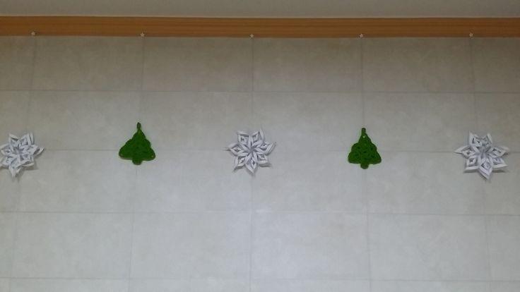 크리스마스 눈꽃과 트리 모빌 눈꽃은 종이 트리는 코바늘뜨기