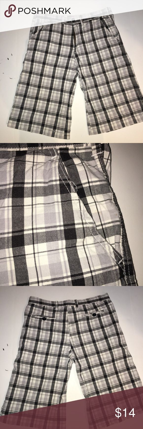 """Men's plaid shorts Pockets on both sides and two back pockets. In excellent condition! 15"""" inseam 11"""" rise Shorts"""