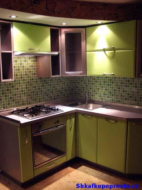 Маленькая угловая кухня.