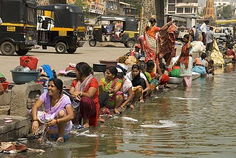 Women washing at the ghats along the holy River Godavari, Nasik (Nashik), Maharashtra, India, Asia