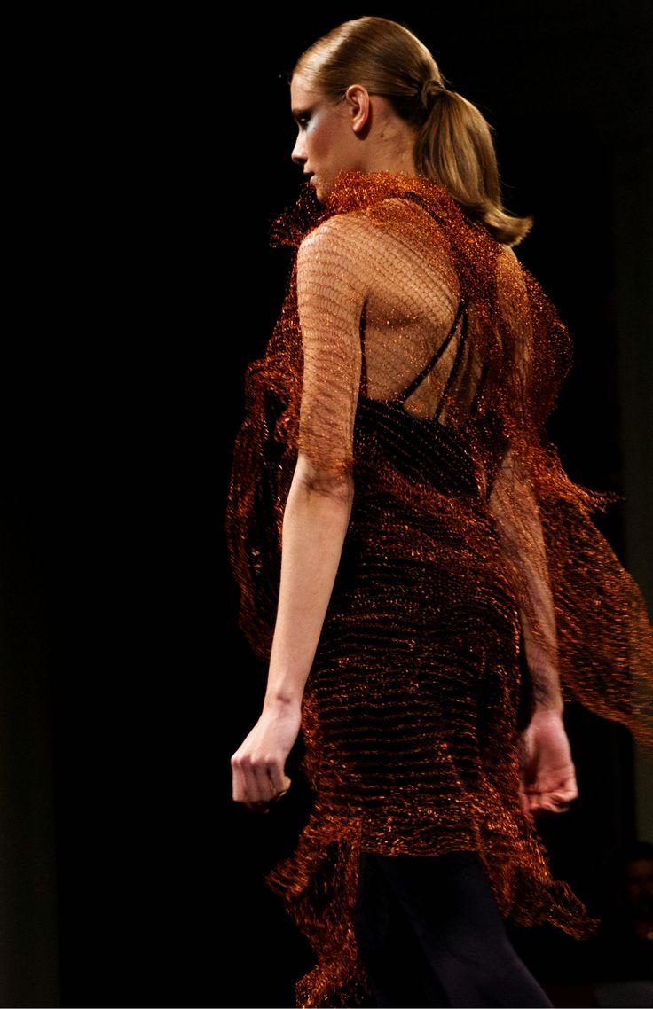 Tejido en Cobre, Este textil contemporáneo es  una expresión que se apropia del  material para ofrecer una suma de propuestas en la búsqueda de nuevos significados consolidando así sus propios parámetros estéticos.