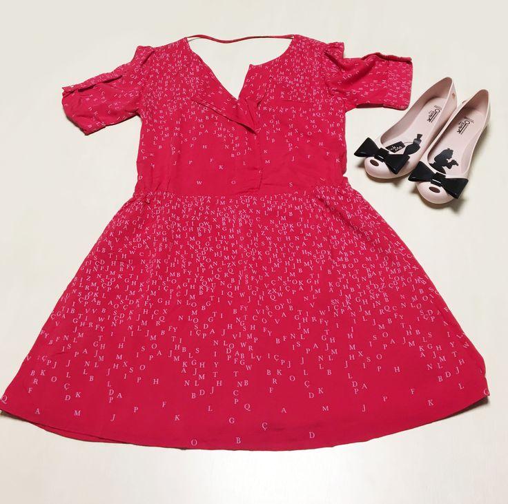 Um vestido vermelho é perfeito para o outono, estação que domina a Páscoa. Combine-o com uma sapatilha Melissa com laço na ponta e adote o girly style! O look você encontra na Nonsense do Shopping São José.