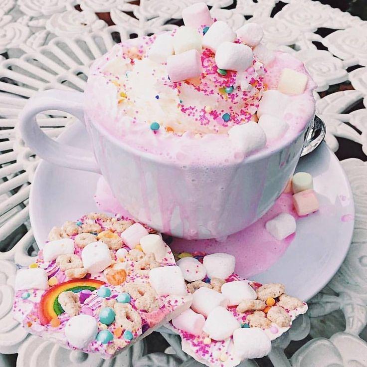 La recette de chocolat chaud de licorne à essayer pour ta prochaine soirée de filles  | Narcity Montréal