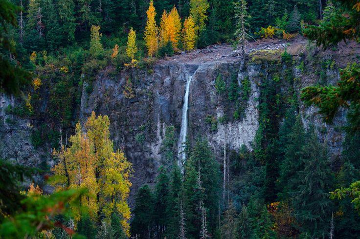 Горячие источники Keyhole Falls Hot Springs — На противоположном склоне со скалы падает ручей Keyhole Falls