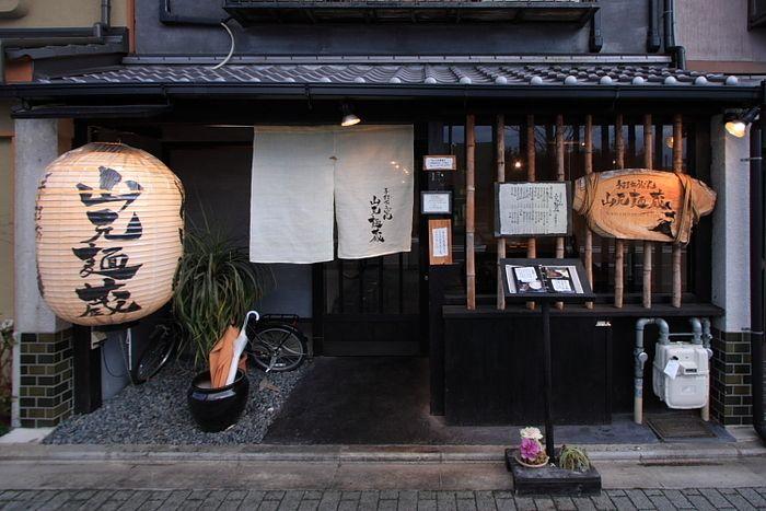町屋を改装した「山元麺蔵」は、ランチタイムは大行列必至の人気うどん店。ランチタイムを外すか、夕方がおすすめ。でも並んでも食べる価値あり。