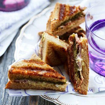 Croque monsieur 6 personer 12 skiver toastbrød 6 tsk pesto 6 skiver skinke 100 gr revet emmentaler 6 tsk blødt smør 3 spsk dijon sennep