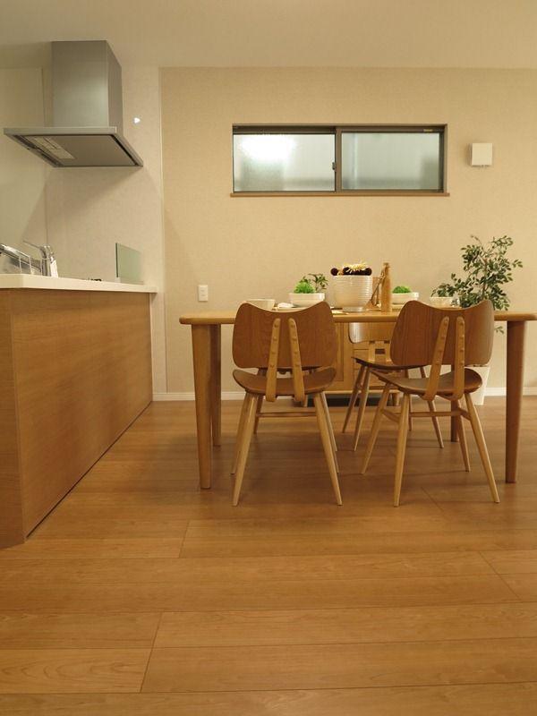 クリエラスク色の床にオーク材の家具を中心にナチュラルコーディネートした事例をご紹介 キッチンインテリアデザイン リビング キッチン インテリア