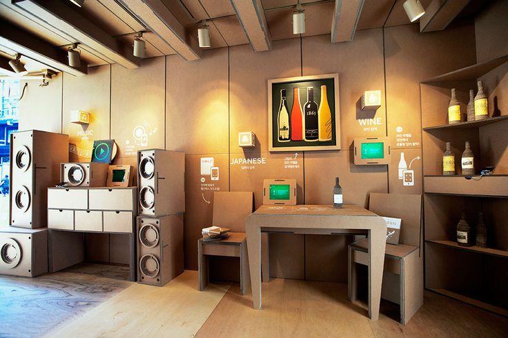 Южнокорейская студия дизайна иархитектуры Urbantainer создала уникальную рекламную витрину изгофрокартона длямобильных приложений исервисов южнокорейской поисковой системы Naver.  Дизайнеры создали гигантскую картонную коробку обставленную мебелью (стулья, столы, полки, колонки) идеталями интерьера (картины, бутылки) изгофрокартона.  http://am.antech.ru/z1I7