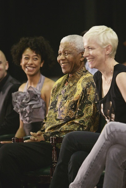 I recently found this picture on the internet so I had to share this with you . Nelson Mandela's 46664 event, South Africa, to raise awareness of HIV/AIDS. Annie Lennox is a warrior for this cause, especially for preventing transfer from mothers to children, www.annielennoxsing.com. Look at my smile!!! What an honour!