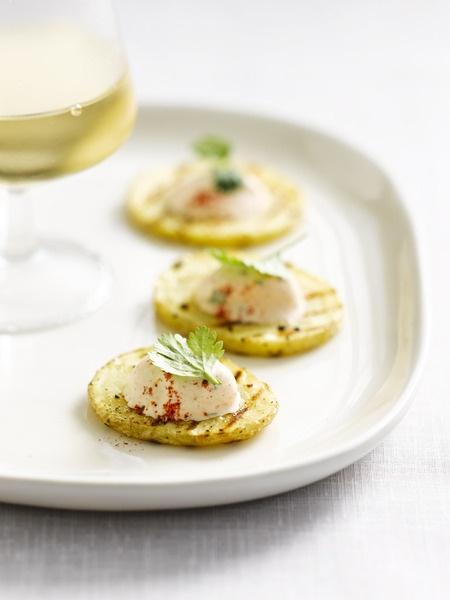 Gegrilde aardappelschijfjes met zure room en tandoori