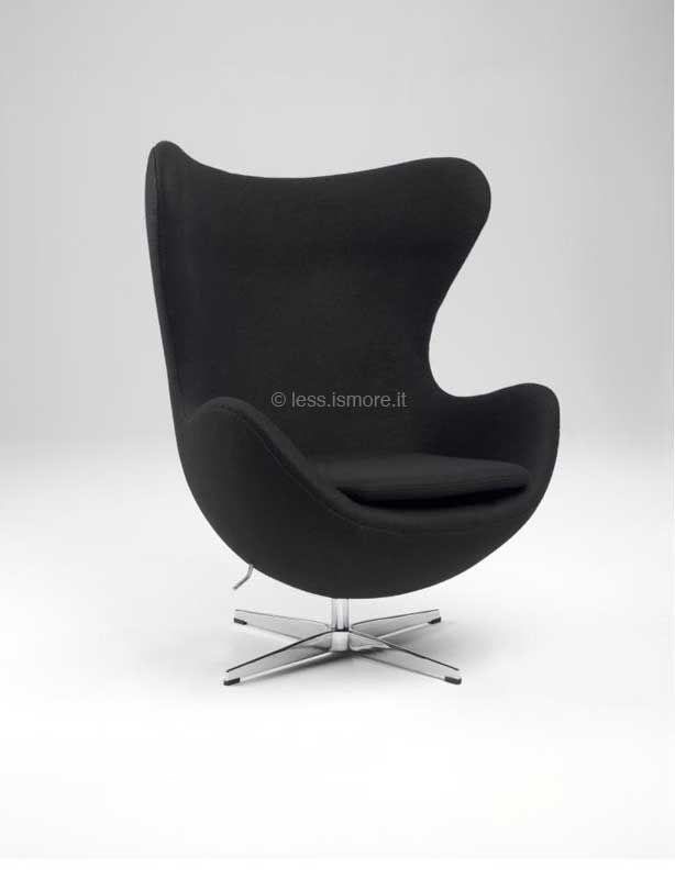 Poltrona Uovo, Arne Jacobsen, 1957. Base in alluminio lucidato; struttura in espanso  iniettato; funzione girevole e oscillante; rivestimento in  lana, pelle italiana o mucca naturale.