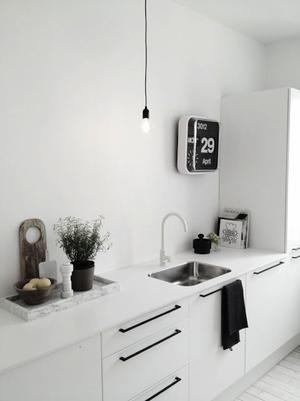 Bekijk de foto van Ietje met als titel Wow witte keuken met zwarte handgrepen. Stijlvol en opvallend! en andere inspirerende plaatjes op Welke.nl.