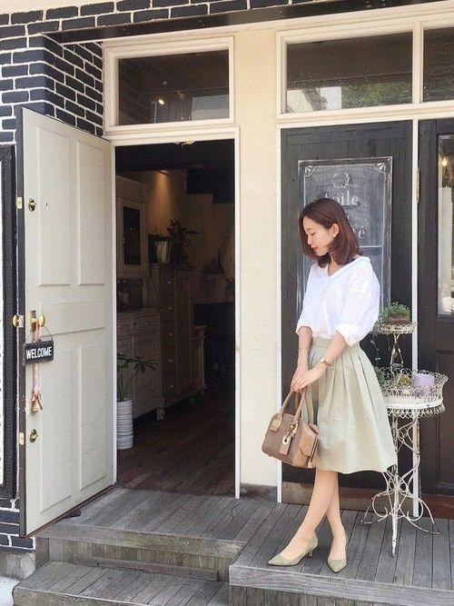白スキッパーシャツ・カーキのフレアスカート  シャツ+スカートのフェミニンコーデも スキッパーシャツとアースカラーのスカートで今年っぽく変身! モテコーデですね♡