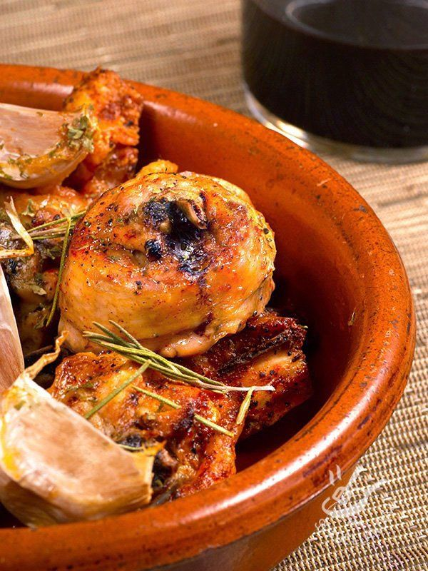 Il Pollo all'aglio al forno (Garlic Chicken) è una preparazione saporita. La crema che insaporisce la carne si ottiene con un trucchetto da intenditori!