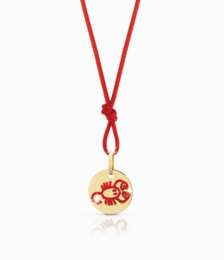 Ciondolo Le Bebé del segno zodiacale dello Scorpione, con cordino azzurro, in oro giallo smaltato. Un'idea regalo per adulti e bambini preziosa e adatta a nascita, primo compleanno e primo Natale in famiglia.  #ciondolo #charm #collana #bambino #bambina #regali #nascita #scorpione #zodiaco #segnozodiacale #gioielli #celeste #azzurro