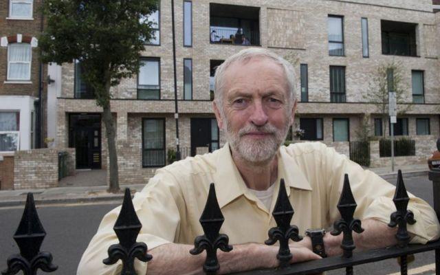 Rimpasto nel governo ombra: Corbyn si prende (sul serio) il Labour Non è (ancora) una resa dei conti, ma il partito laburista britannico versa in gravi difficoltà. Jeremy Corbyn sembra voler rompere l'impasse allontanando, dal governo ombra, quanti non hanno support #corbyn #laburisti #blair #varoufakis