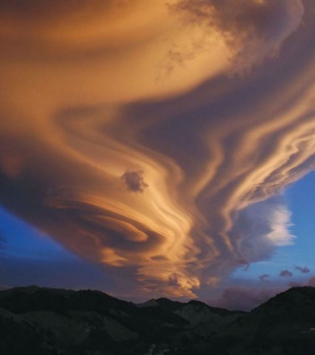 Photo : Parfois les nuages lenticulaires peuvent prendre des formes plus allongées comme ici à Tararua Range Mountains, en Nouvelle-Zélande